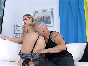 Dahlia Sky gets penetrated by Derrick Pierce on the bed