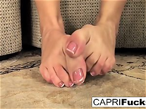 Capri plays with her cunny and feet